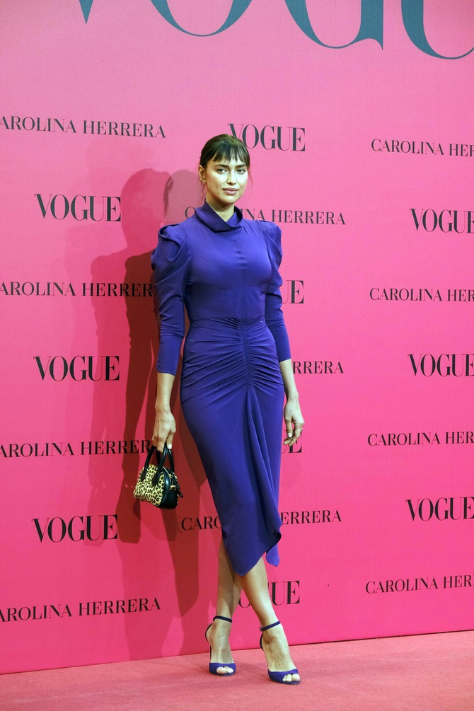 Irina Šajk u ljubičastoj haljini