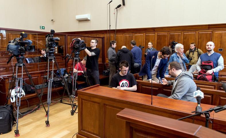 Dziennikarze zgromadzeni na sali sądu przed rozprawą