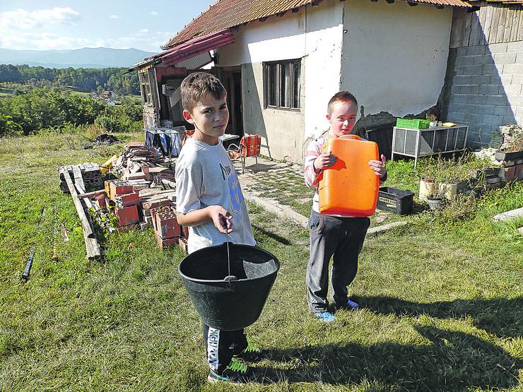 Kraljevo 06 - Lazar i Uroš pomažu roditeljima da donose vodu - Foto N. Božović