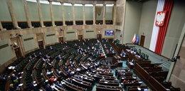 """Sejm uchwalił ustawę ws. tarczy branżowej. Kto może liczyć na """"postojowe""""?"""