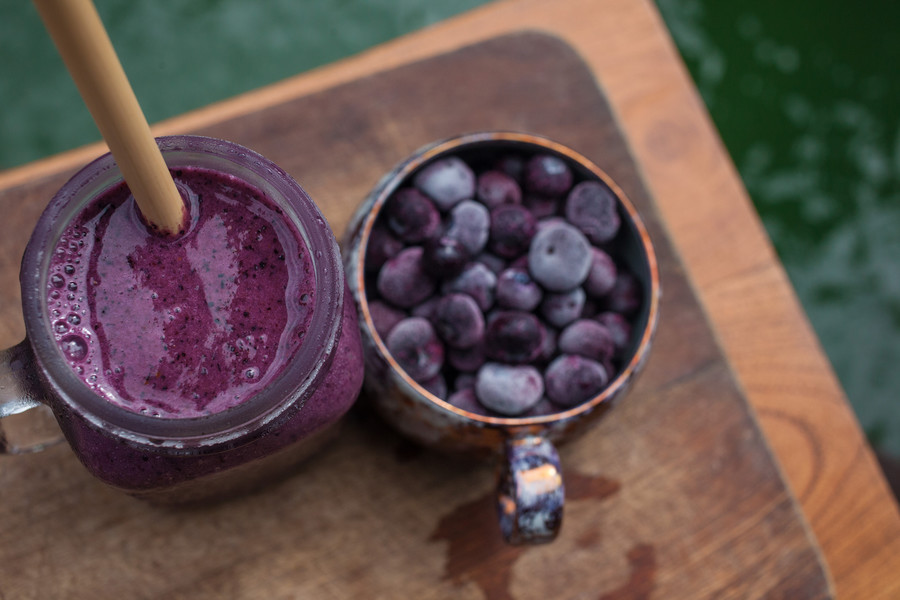 Jogurtowo-jagodowe smoothie / Getty Images / Lindsay Lou