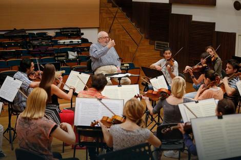 Mihail Jurovski na probi sa filharmoničarima