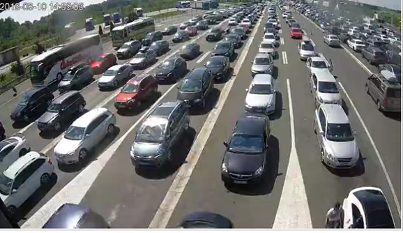 Na graničnom prelazu Batrovci slična situacija je i na izlazu i ulazu u Srbiji, oko sat vremena se čeka