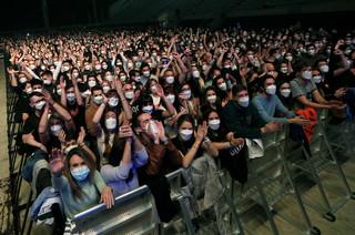 Ponad 5 tys. osób na koncercie w Barcelonie. W maseczkach, ale bez dystansu