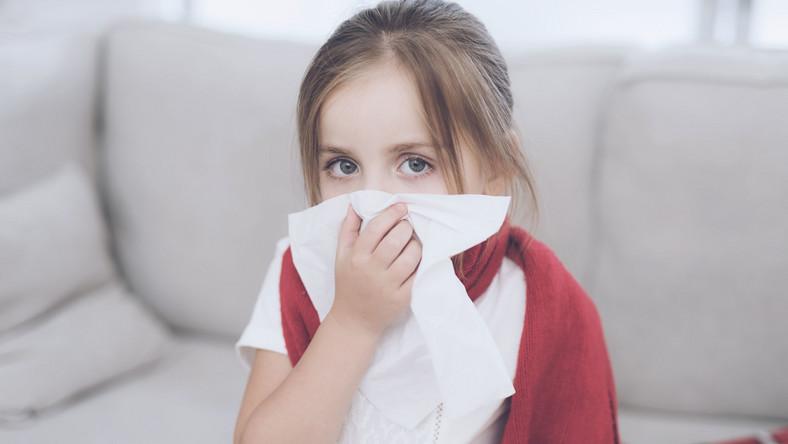 Najtrudniej jest z trzylatkami, które zadebiutowały w przedszkolu. Jeśli przez pierwsze lata życia były pod tylko opieką bliskich, w przedszkolu ich układ odpornościowy zderza się z kompletnie nieznanymi mu drobnoustrojami chorobotwórczymi, których nosicielami są inne dzieci. Efekt? Pozornie błahe infekcje, które szybko przeradzają się w stany zapalne wymagające leczenia, np. antybiotykami. Zaś po antybiotykoterapii organizm dziecka jest osłabiony, więc znowu pada ofiarą ataków wirusów i bakterii. Co wówczas robić?