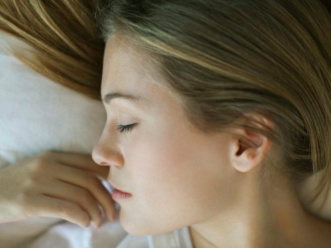 Da li spavate puštene kose? Evo kakve posledice to može da ima po VAŠU KOŽU!