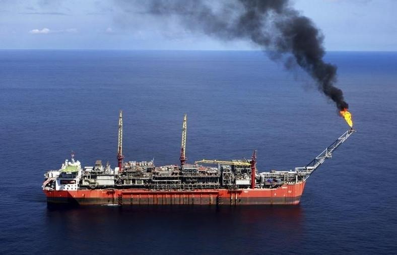 A ship loads crude oil at Bonga off-shore oil field outside Lagos, file photo. REUTERS/Akintunde Akinleye