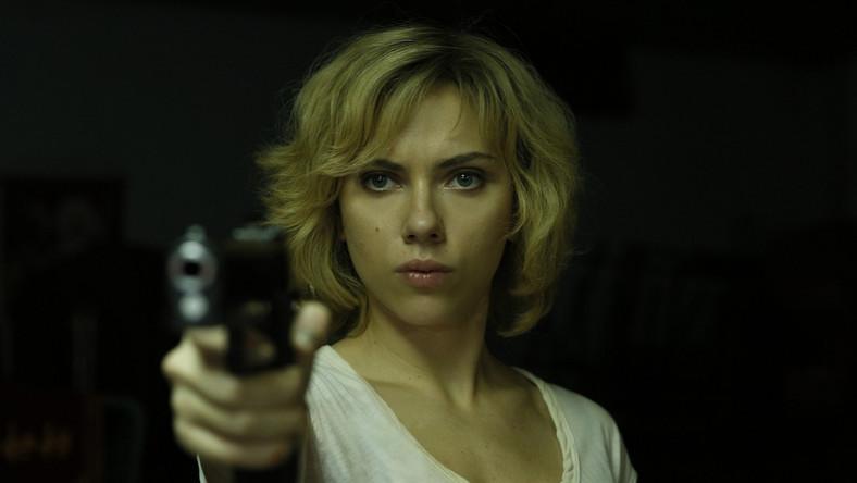 Film opowiada o kobiecie (Johansson), która zostaje zmuszona do pracy w charakterze kuriera narkotykowego. Kiedy specyfik dostaje się przez przypadek do jej organizmu, Lucy spostrzega, że posiadła niezwykłe moce. Nie tylko w mgnieniu oka zdobywa nową wiedzę i potrafi przesuwać przedmioty siłą umysłu, ale nie odczuwa też bólu i nie ulega emocjom