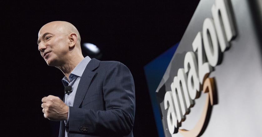 Jeff Bezos, prezes Amazona, ma powody do radości