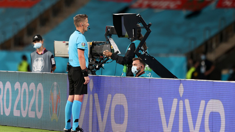 Daniele Orsato sprawdzający sytuacją na ekranie VAR podczas meczu Hiszpania - Polska