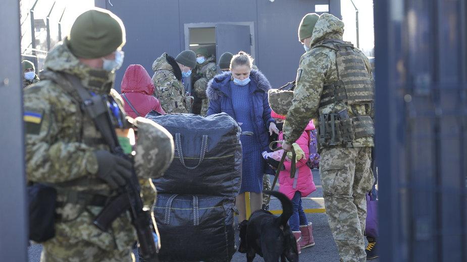 Ukraińska straż graniczna sprawdza ludzi na przejściu granicznym w mieście Schastya w obwodzie ługańskim