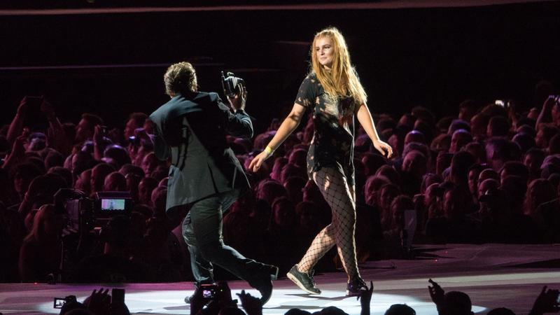 Lauren Dry na scenie z U2