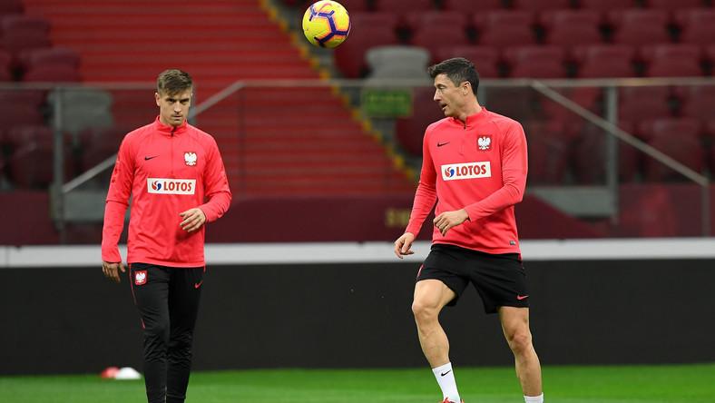 Piłkarze reprezentacji Polski Krzysztof Piątek (L) i Robert Lewandowski (P) podczas treningu kadry w Warszawie