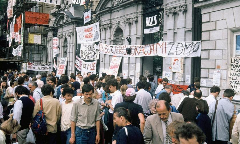Czerwiec 1989 r. Brama główna Uniwersytetu Warszawskiego oklejona hasłami strajkujących w tym czasie studentów