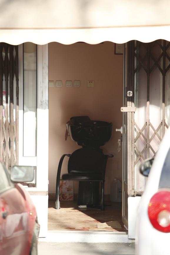 Napadač je čekao vlasnika menjačnice da uđe u salon i onda mu  pucao u leđa nakon čega je iz kase uzeo sav novac i pobegao