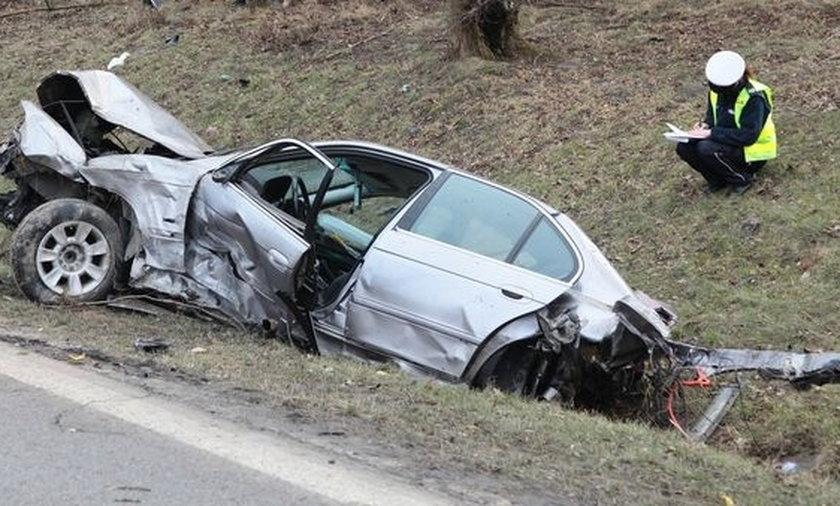 2-latek wypadł z koziołkującego auta!