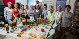 Seniorki z Leszna przygotowują przetwory dla ubogich: Robimy 400 słoików dziennie!