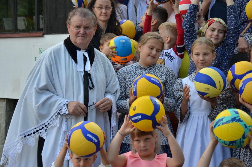 Pastor Jan Byrt jak obiecał, tak uczynił. Rozdał dzieciakom 100 piłek do siatkówki