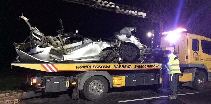 Tragiczny wypadek pod Krotoszynem. Bmw rozerwało na pół, kierowca wyleciał z fotelem
