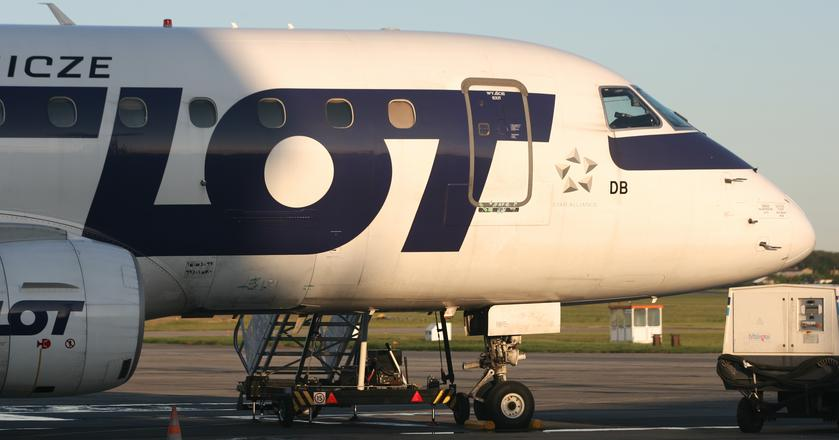 Krajowa siatka połączeń PLL LOT dostosowana jest do fal przylotowych i wylotowych na trasach dalekiego zasięgu w Warszawie
