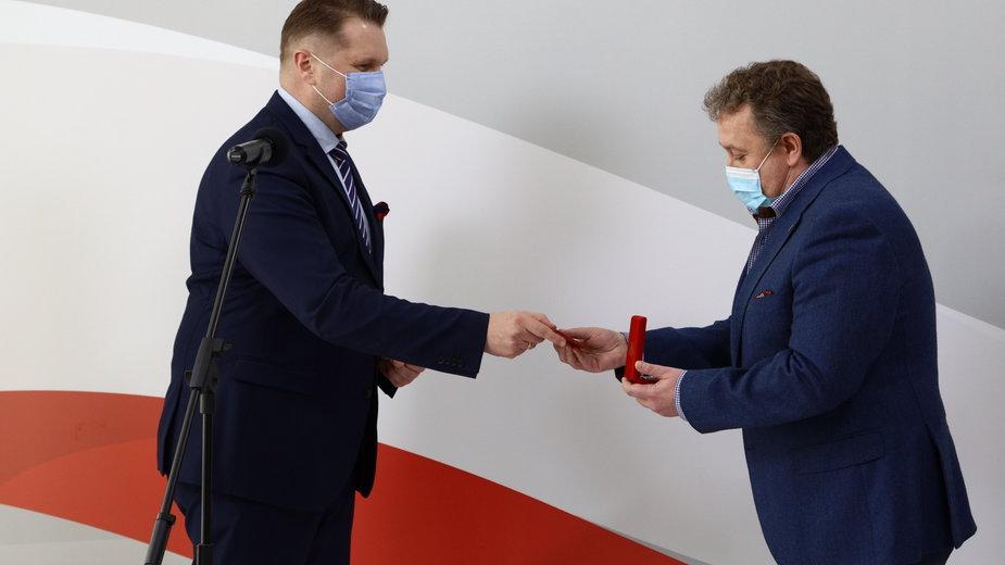 Dyrektor XXXIV LO Dariusz Jakóbek w Łodzi odznaczony medalem Komisji Edukacji Narodowej