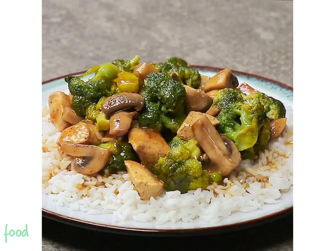 Ručak za poželeti: Pržena PILETINA sa brokolijem i pečurkama će vas ISTOG TRENA oduševiti!