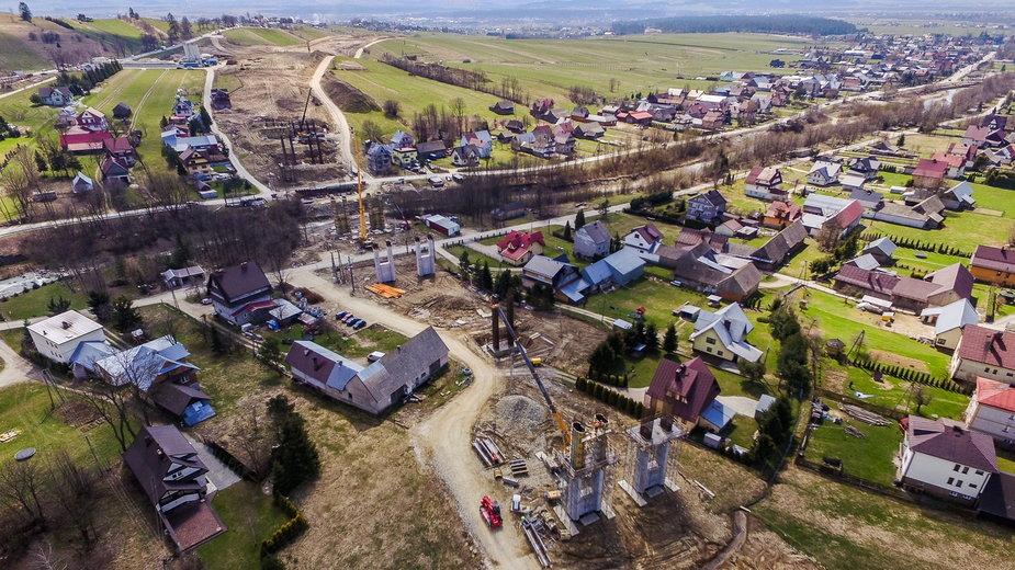 Wieś Klikuszowa. W tym miejscu droga przejdzie po estakadzie nad zabudowaniami