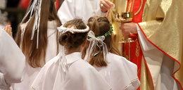 """Co z komuniami w tym roku? Jedni księża odwołują. Inni pozwalają """"kupić jakieś łachy"""""""