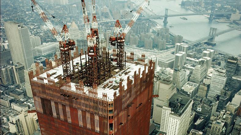 Północna wieża mierzyła do dachu 417 metrów (wraz z masztem telewizyjnym 527 metrów), a południowa 415 metrów. Każda z wież World Trade Center liczyła sobie 110 pięter...