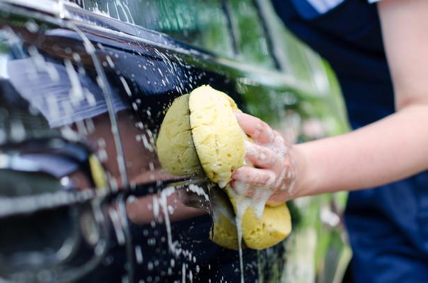 Mycie samochodu pod blokiem, przy garażu, czyli w miejscu publicznym, jest zakazane, a na posesji nie zawsze jest możliwe.