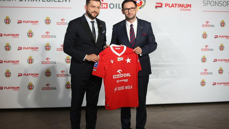 Prezes Wisły Dawid Błaszczykowski (L) i prezes PKN Orlen Daniel Obajtek (P) podczas konferencji prasowej na stadionie w Krakowie