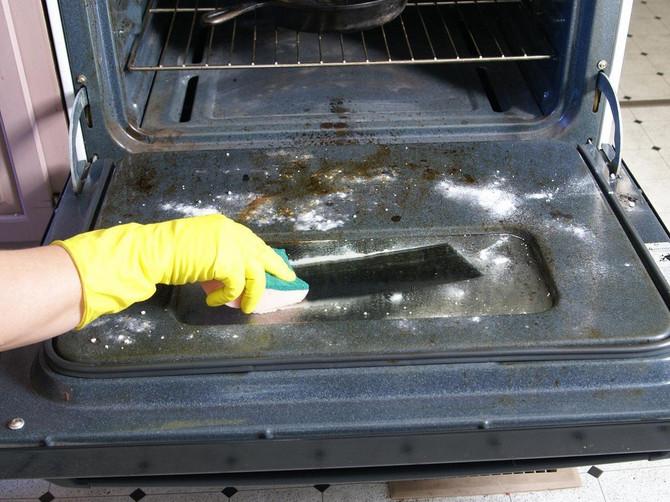 Magična mešavina od SAMO 2 SASTOJKA čisti rernu kao od šale: Ovo je 5 NIKAD JEDNOSTAVNIJIH KORAKA posle kojih kuhinja blista