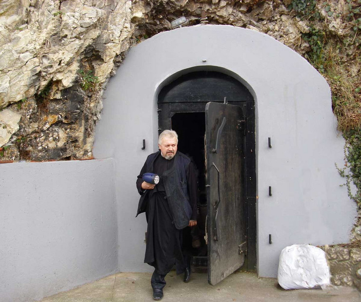 118073_loznica02-kraljev-podzemni-grad-otac-mileta-na-ulazu-u-podzemni-grad-foto-s.pajic