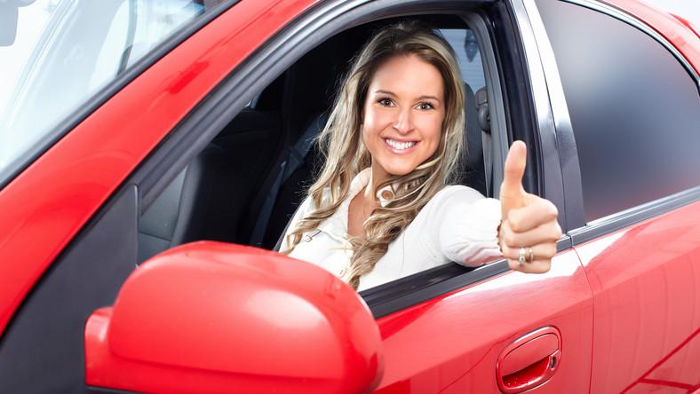 Coraz więcej kobiet za kierownicą w Polsce