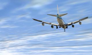 Linie lotnicze obniżają ceny biletów. Walka o klienta trwa.