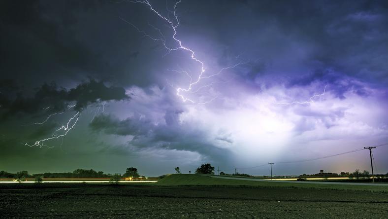Nad większą częścią terytorium Polski przechodzą deszcze i burze, wieje silny wiatr