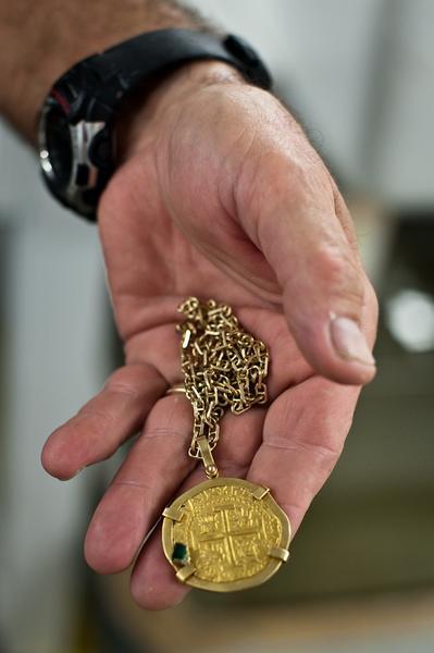 Tomek Michniewicz, Gorączka, złota moneta ze szmaragdem, warta 20 tys. dolarów