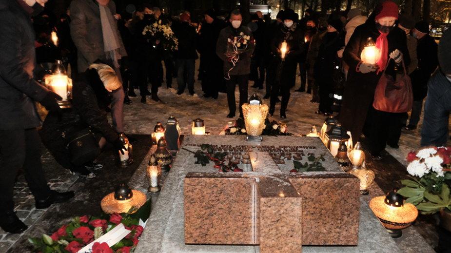 Na grób Prezydenta przyszli samorządowcy oraz mieszkańcy miasta