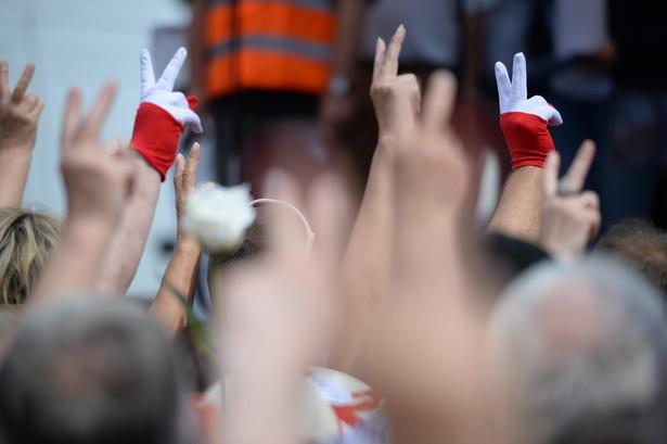 Niedzielną demonstrację zorganizowały partie i środowiska opozycyjne, m.in. PO, Nowoczesna, KOD, Obywatele RP, Partia Razem.