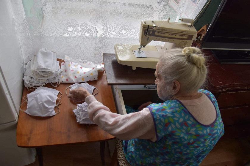 Janina Szelewska ma 96 lat i uszyła kapcie i fartuszek na licytację WOŚP