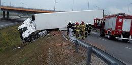 Wypadek na autostradzie pod Łodzią. Tir spadł ze skarpy