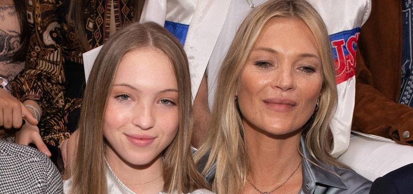 Córka Kate Moss zrobi większą karierę od matki? Na ostatnim pokazie wyszła z widoczną... pompą insulinową! Co na to fani?
