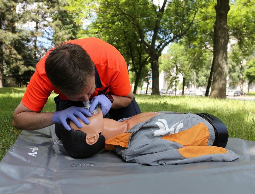 Bezpieczeństwo ratownika też jest bardzo ważne! Jeśli nie mamy np. maseczki ochronnej, ograniczmy się tylko do uciśnięć