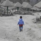 """POSLEDICE ERUPCIJE VULKANA TAAL Selo pod pepelom, povratak strogo zabranjen: """"Život ovde je kao pod UPERENIM PIŠTOLJEM"""" (FOTO)"""