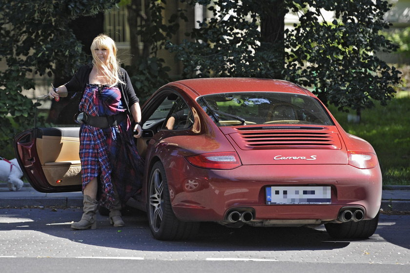 Maryla Rodowicz przy samochodzie