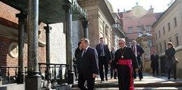 Komorowski modlił się przy grobie Kaczyńskich