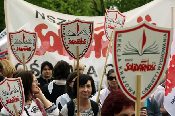 """Manifestacja """"S"""" oświatowej przed KPRM w Warszawie"""