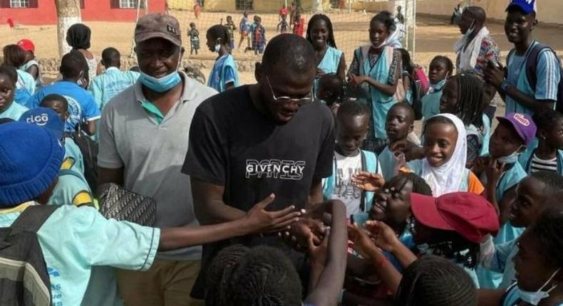 Koulibaly offre un bateau de médicaments au Sénégal