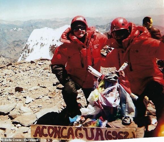 Izabela de la Usaje i njena ćerka Bela Krejn na vrhu planine Akonkagva