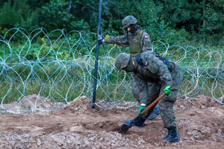 Granica polsko-białoruska. Wolontariusze zbudowali obozowisko, żołnierze - 6 km ogrodzenia
